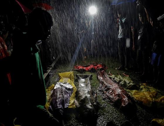 Rohingyas se reúnem em torno de corpos de vítimas de outro naufrágio (Foto: FOTÓGRAFOS/REUTERS)