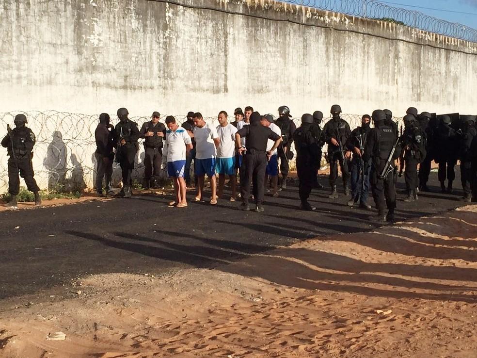 Cinco presos, apontados como chefes do PCC em Alcaçuz, foram retirados da penitenciária e transferidos para Rondônia   (Foto: Divulgação/GOE)