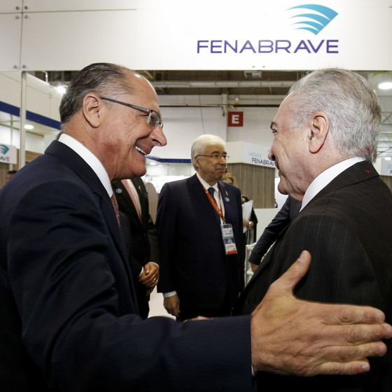 Geraldo Alckmin e Michel Temer em exposição do setor automotivo (Foto: Alan Santos/PR)