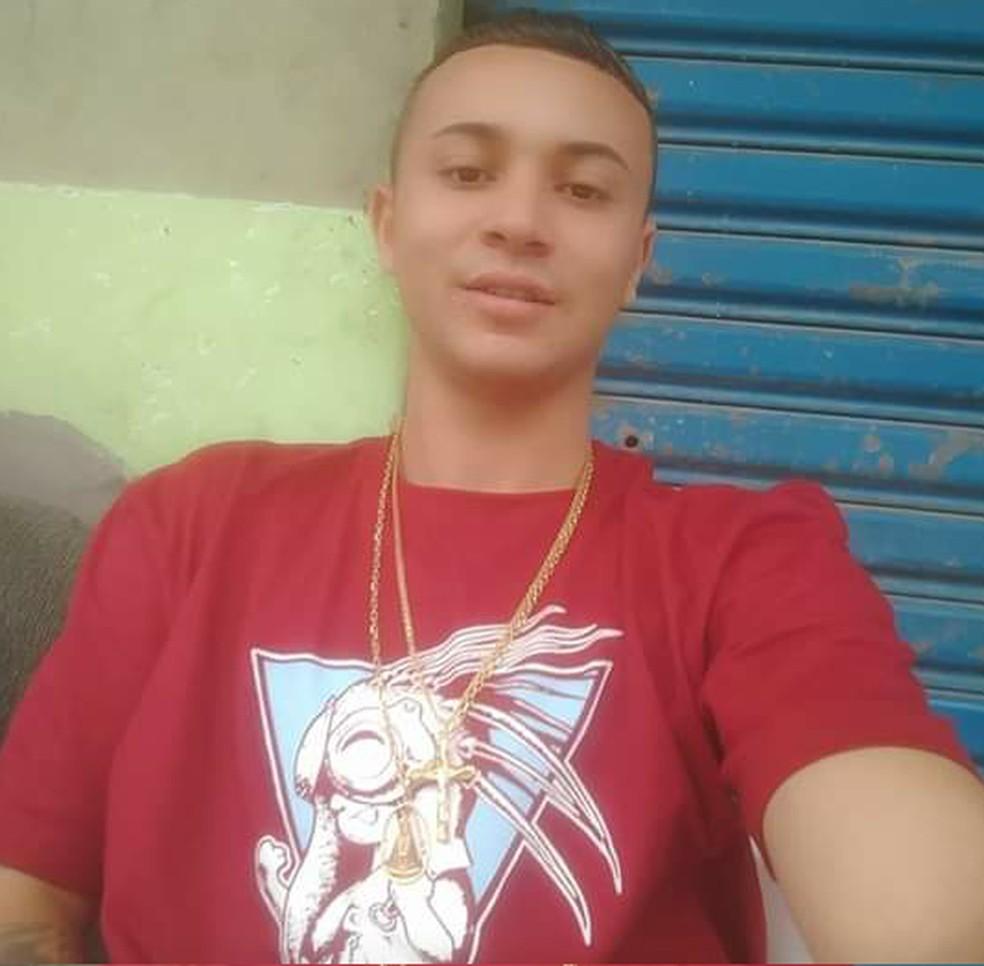 Suspeito de matar menina com um tiro na cabeça é identificado e está foragido da Polícia. — Foto: G1 Santos