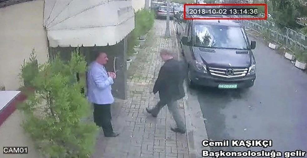 Imagem de câmera de segurança mostra o jornalista saudita Jamal Khashoggi entrando no consulado da Arábia Saudita em Istambul no dia 2 de outubro — Foto: CCTV/Hurriyet via AP