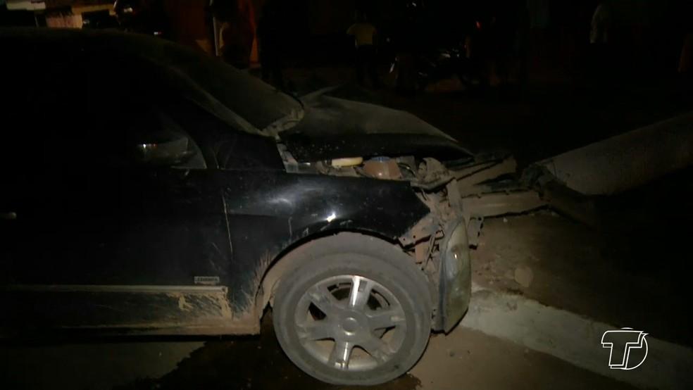 Carro ficou parcialmente destruido com a batida (Foto: Reprodução/TV Tapajós)