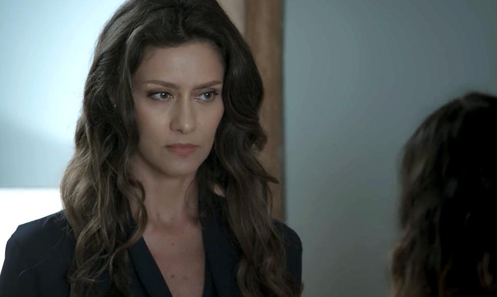 Em 'A Força do Querer', Joyce (Maria Fernanda Cândido) chama a polícia quando Rita (Isis Valverde) tenta ir embora com Ruyzinho — Foto: Globo