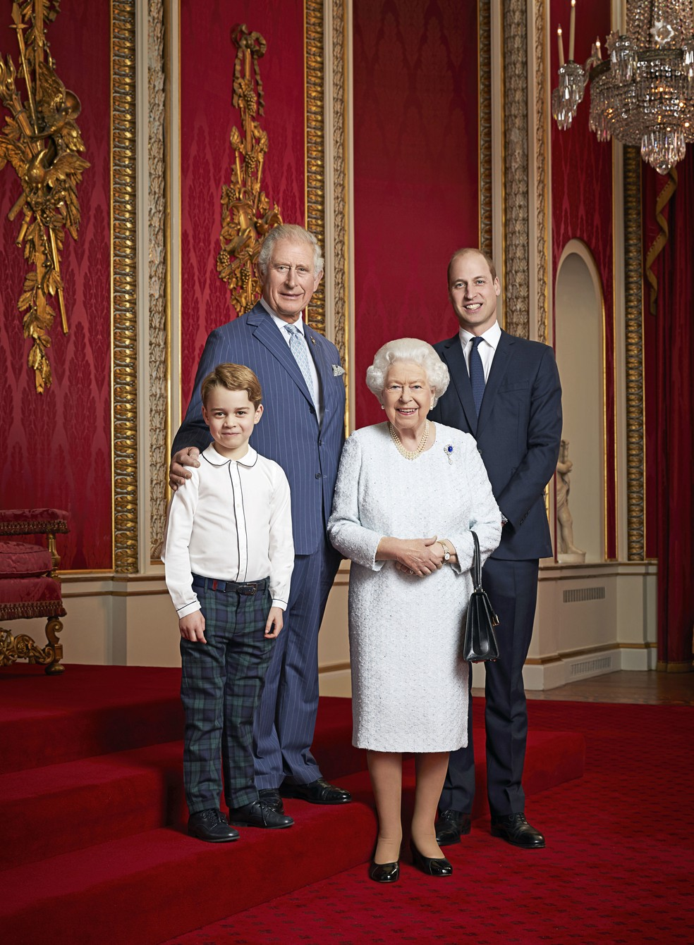 O Palácio de Buckingham divulgou uma nova foto da sucessão ao trono britânico: a rainha Elizabeth, atual monarca; o príncipe Charles; o príncipe William; e o príncipe George — Foto: Ranald Mackechnie / Buckingham Palace / AFP