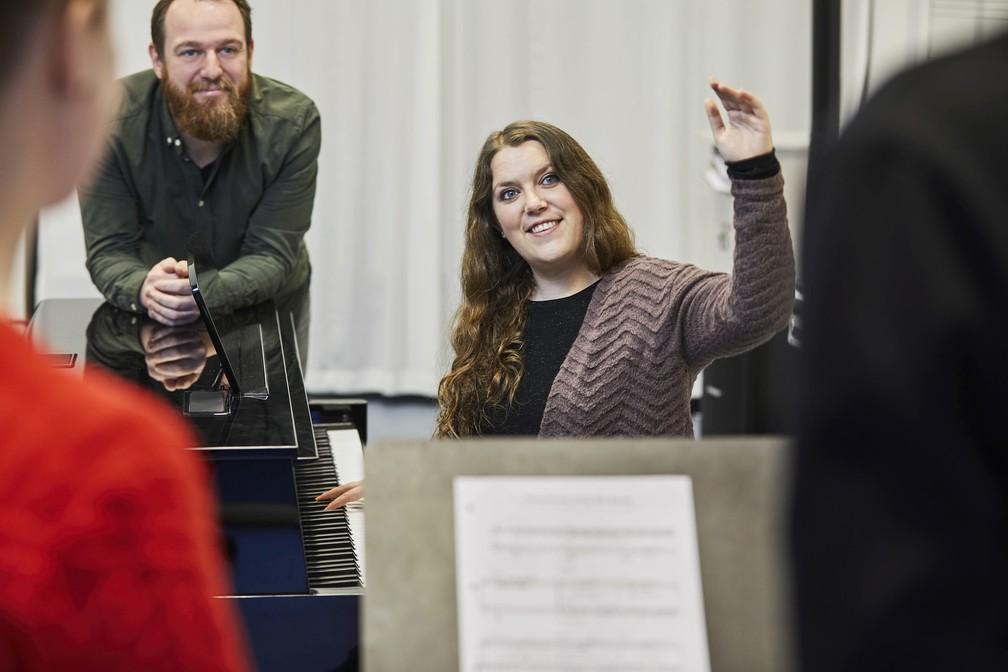 Mikael Odder Nielsen (esquerda) coordena o projeto de 'vitamina cultural' da cidade dinamarquesa de Aalborg, voltado a pacientes com depressão — Foto: Divulgação/Kulturvitaminer