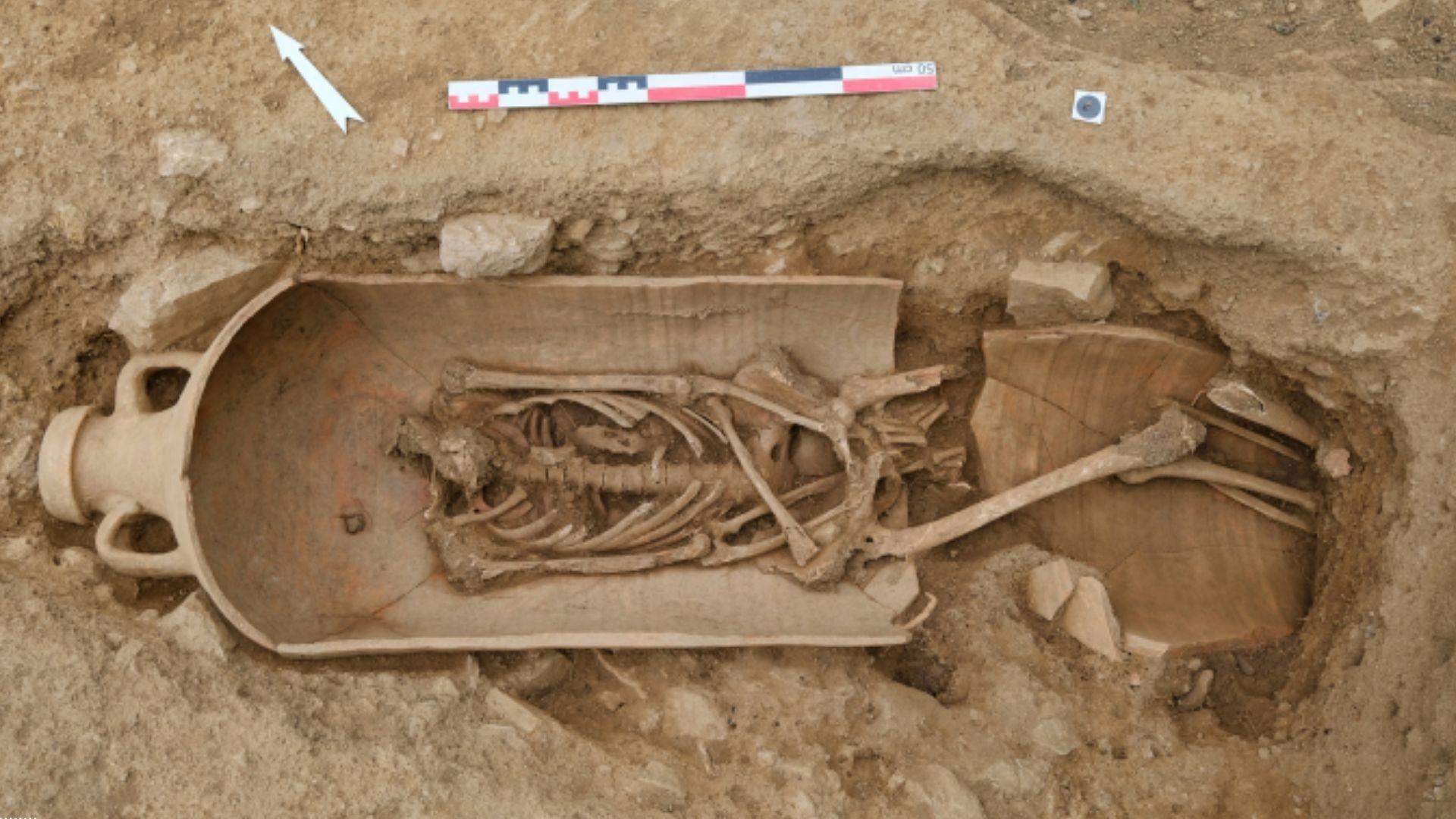 Vários mortos estavam em vasos produzidos no Norte da África (Foto: Pascal Druelle/Inrap)