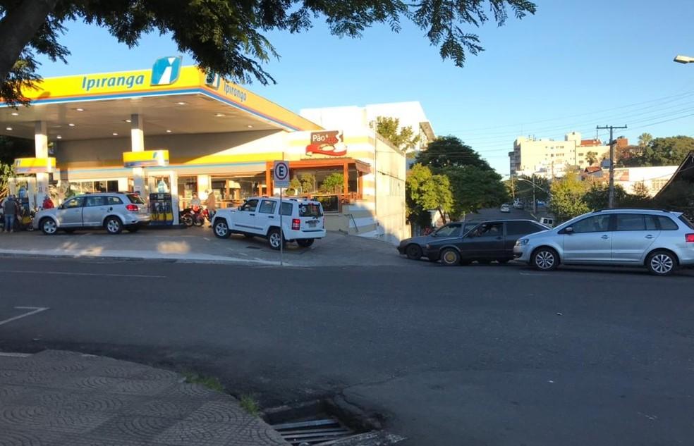 Fila para abastecer em posto de combustíveis de Uruguaiana (Foto: Josiane Pimentel/RBS TV)