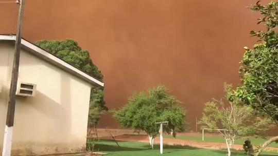 Redemoinho de areia cobre fazenda em MT e assusta moradores: 'Tampou tudo', diz agricultor