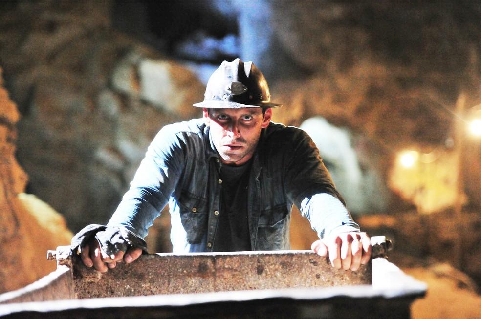Cassiano (Henri Castelli) começa a trabalhar na mina de Dom Rafael (Cesar Troncoso), em 'Flor do Caribe' — Foto: João Miguel Júnior/Globo