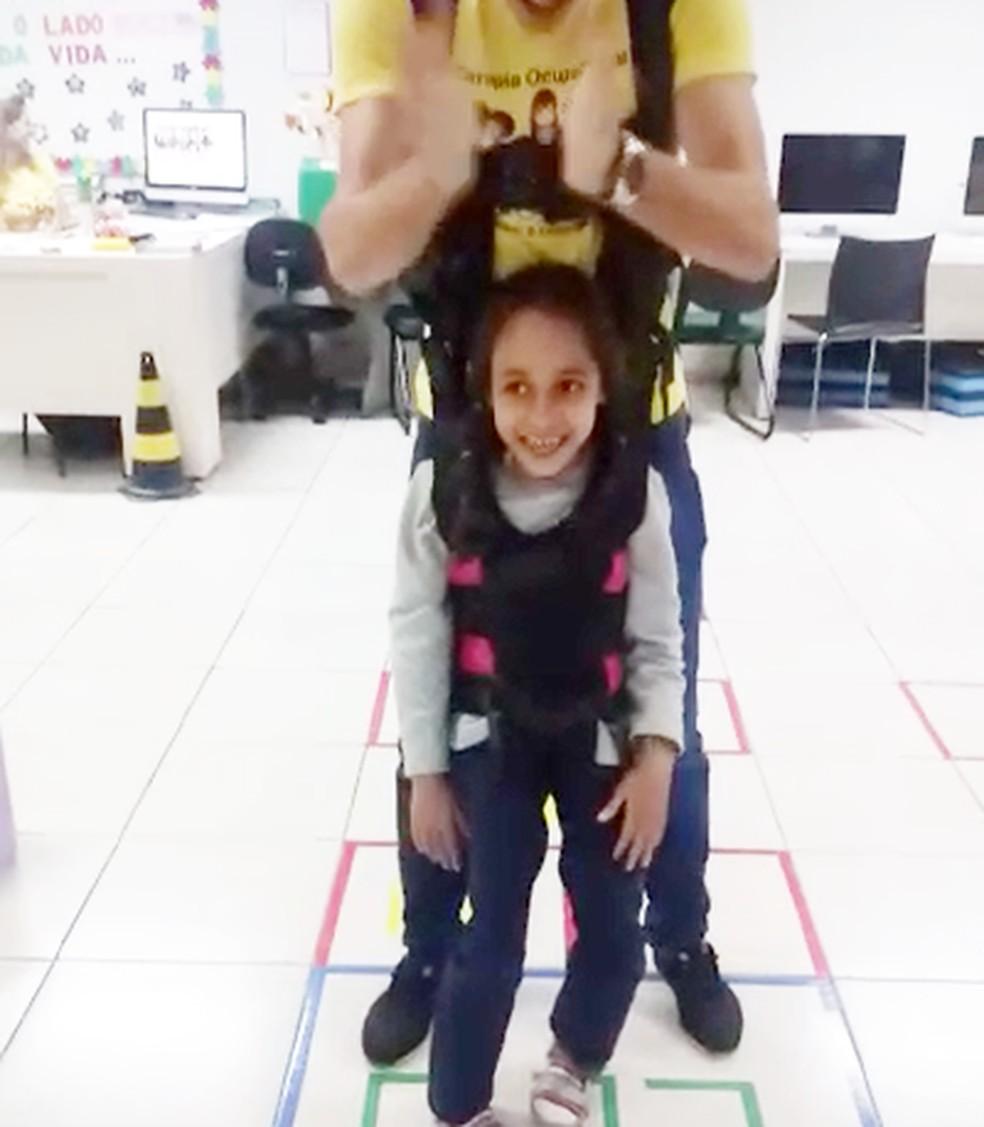 Menina disse que sonho dela era pular amarelinha e terapeutas se mobilizaram para ajudá-la — Foto: Apae-MS/Divulgação