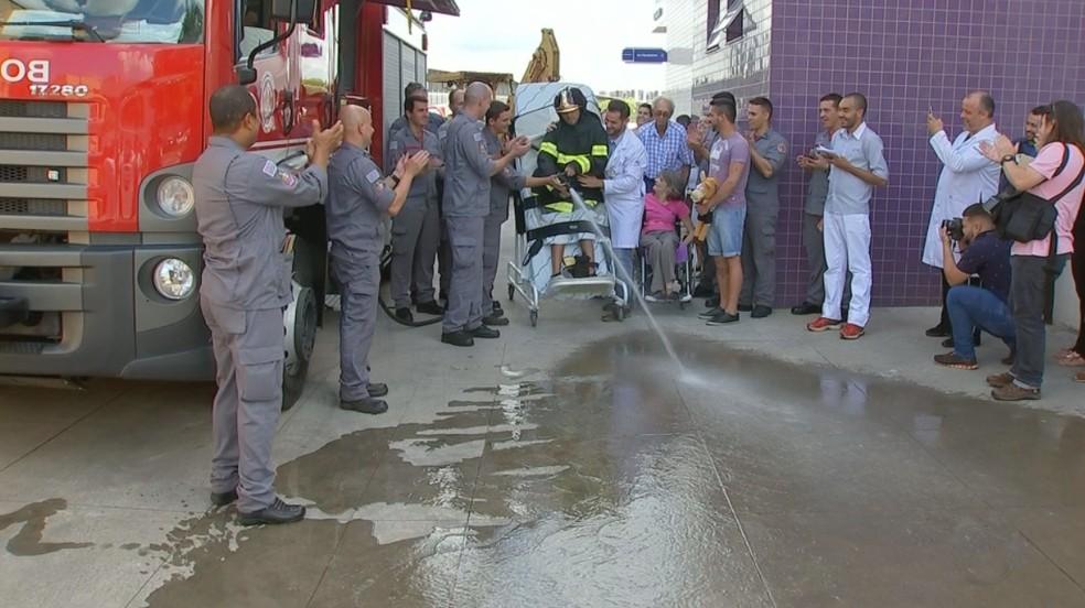 Luís joga água usando a mangueira dos bombeiros; dia especial (Foto: Reprodução/TV TEM)