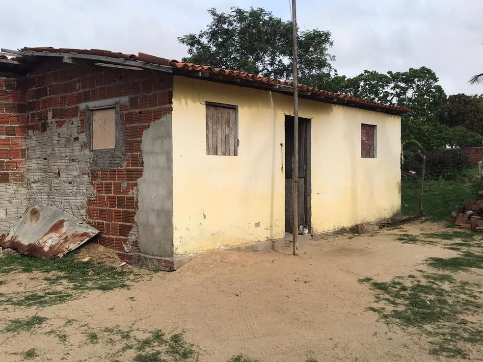 Homem foi encontrado morto com uma faca encravada no pescoço dentro da própria casa em Poço branco, no interior do RN — Foto: Kleber Teixeira/Inter TV Cabugi
