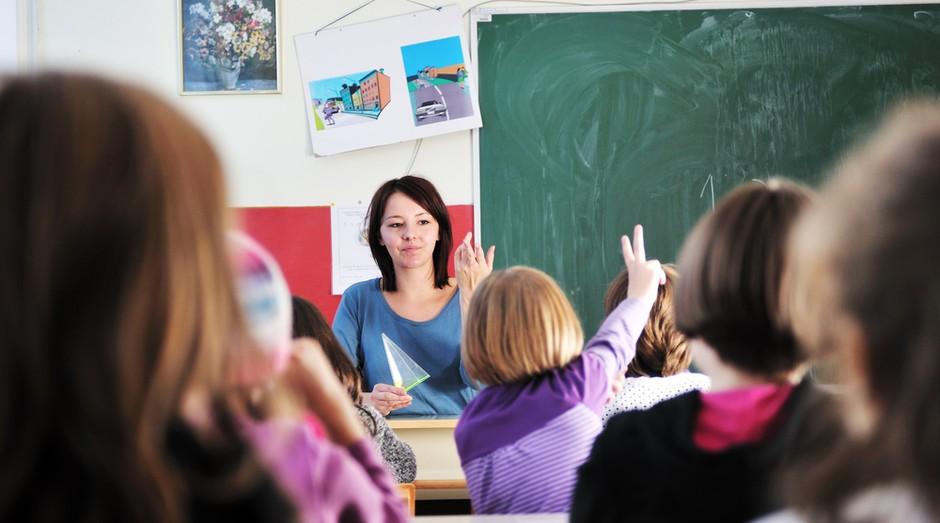 escola alunos crianças criança jovens professora sala de aula classe educação ensino fundamental curso (Foto: shutterstock)