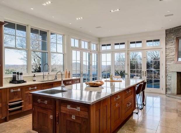 Todas as partes da casa, inclusive a cozinha, possuem janelas grandes que valorizam a paisagem externa (Foto: The Wall Street Journal/ Reprodução)