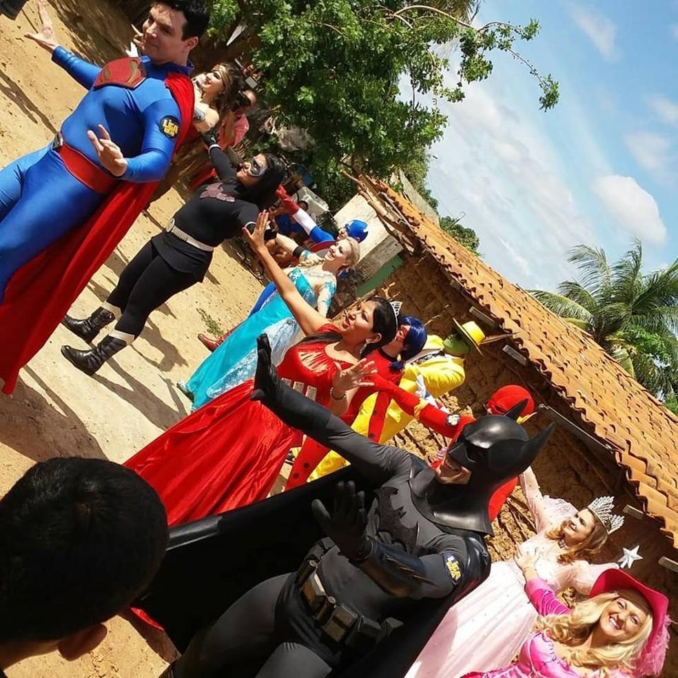 A Liga do Bem dançou e distribuiu mais de 3 mil brinquedos para as crianças de Izacolândia (Foto: Clédiston Anselmo / TV Grande Rio)