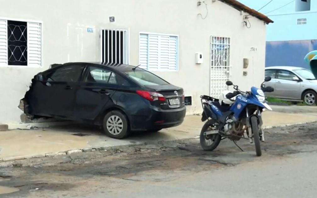 Carro dirigido por grávida invadiu casa na Bahia (Foto: Reprodução/TV Oeste)