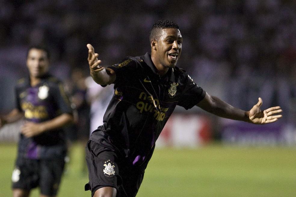Jucilei, de roxo, comemora um gol pelo Corinthians contra a Ponte Preta em 2010 — Foto: Daniel Augusto Jr/Ag Corinthians