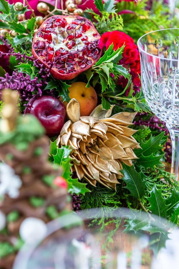 Mesa de Natal no jardim, decorada em tons de verde e dourado (Foto: Vamos Receber)