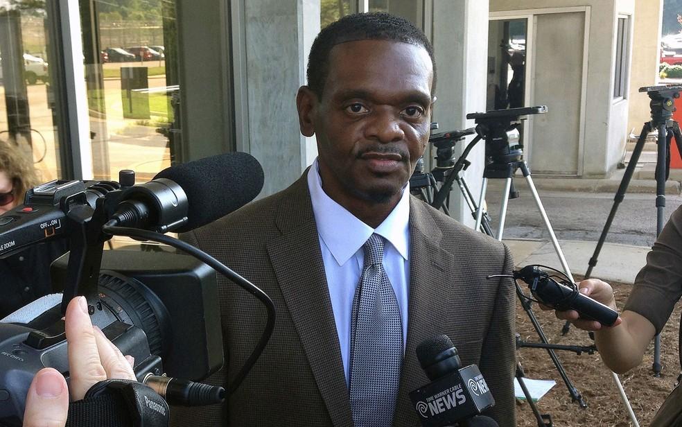 Henry McCollum em foto de 3 de setembro de 2014, quando deixou a prisão em Raleigh, na Carolina do Norte — Foto: AP Photo/Michael Biesecker