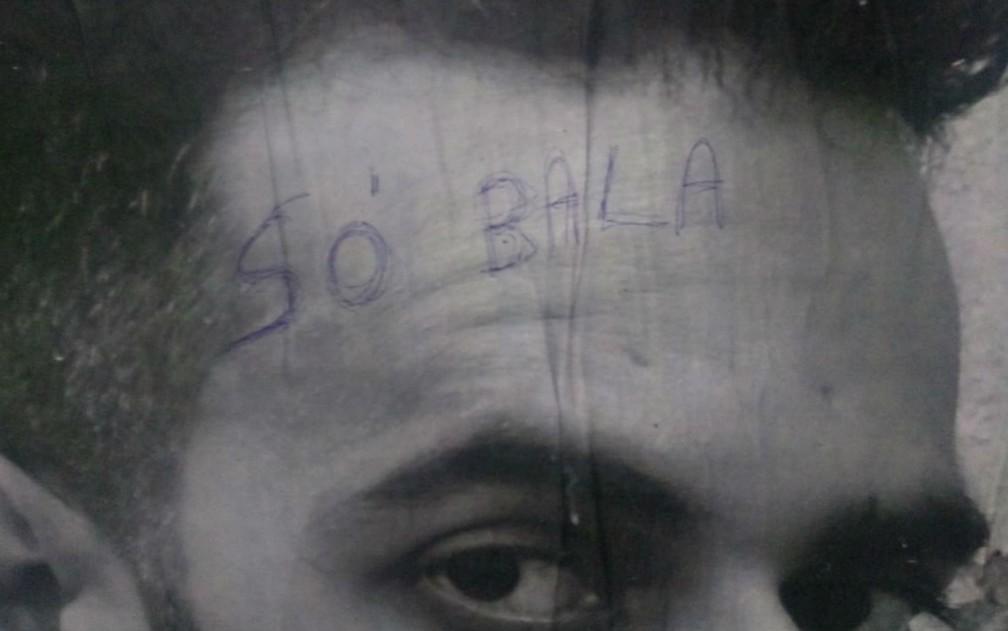 Vândalo escreve 'Só bala' na testa de artista em exposição fotográfica  — Foto: Divulgação
