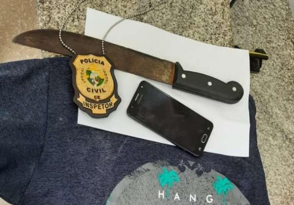 Polícia apreendeu a casa do suspeito o facão usado para ameaçar o frentista, além de uma camisa e o celular roubado de uma vítima. — Foto: Polícia Civil/ Divulgação