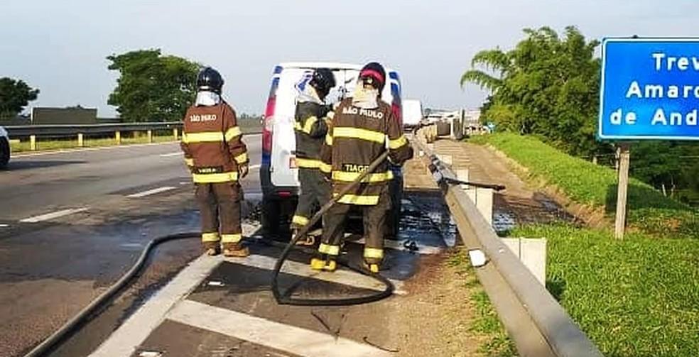 Bombeiros controlam fogo em veículo em rodovia de Boituva (SP) — Foto: Corpo de Bombeiros/Divulgação