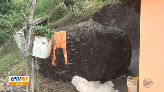 Pedra se solta de barranco e quase atinge casa na zona rural de Ipuiúna, MG