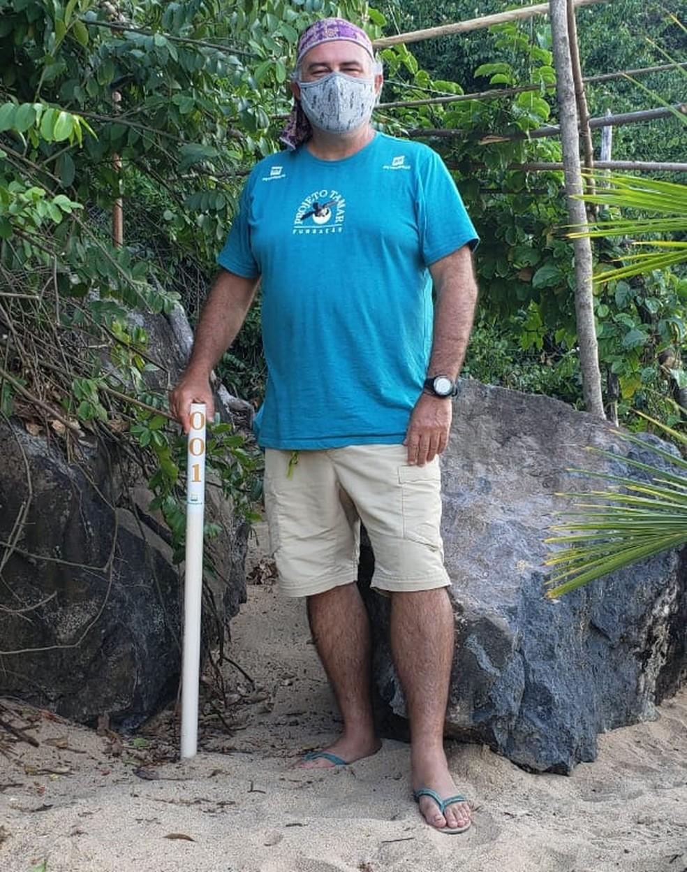 O pesquisador Paulo Lara mostrou o primeiro ninho, na Praia do Bode — Foto: Projeto Tamar/Digulgação
