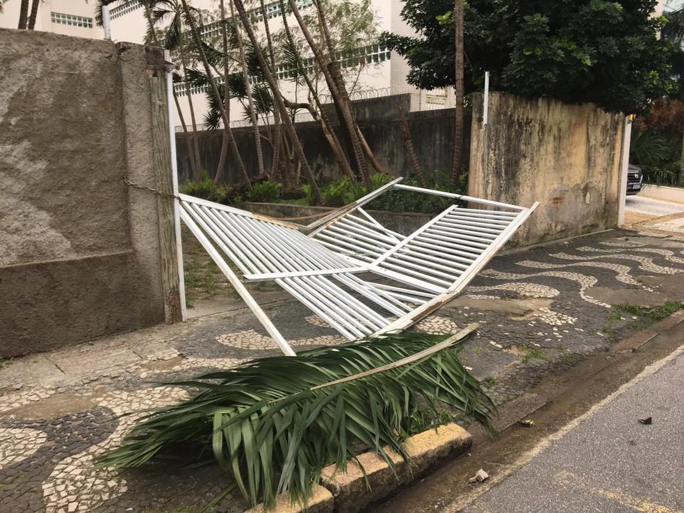 Portão arrancado pelo vento na Avenida Epitácio Pessoa, na Aparecida, em Santos. — Foto: G1 Santos