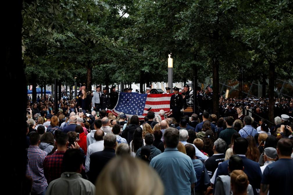 Bandeira americana é exibida em cerimônia em homenagem às vítimas dos ataques terroristas de 11 de Setembro nesta terça-feira no World Trade Center (Foto: Brendan McDermid/Reuters)