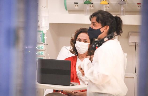 Eliane Giardini entrará na trama como a mãe de Vitória, Miranda (Debora Lamm) e Natália (Clarissa Kiste). Ela aparecerá muito doente (Foto: João Cotta/Globo)