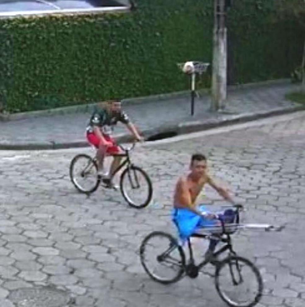 Suspeito em bicicleta, sem uma perna e com muleta é registrado por câmera em São Vicente, SP — Foto: Reprodução