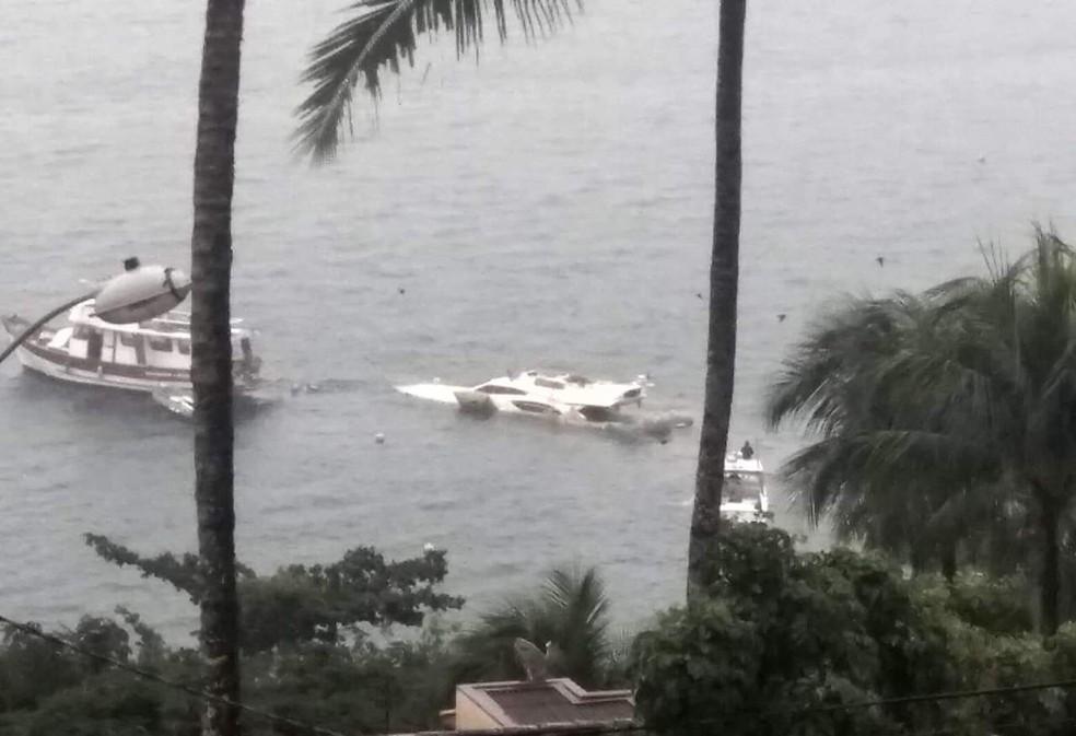 Operação de remoção da lancha que naufragou no litoral norte — Foto: Tribuna do Povo/Arquivo