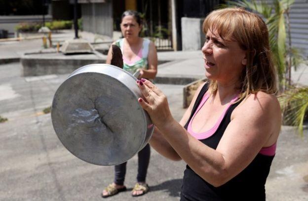 A Venezuela, onde os cidadãos protestam contra a falta de serviços básicos, como eletricidade, encabeça a lista dos países mais infelizes (Foto: Reuters, via BBC)