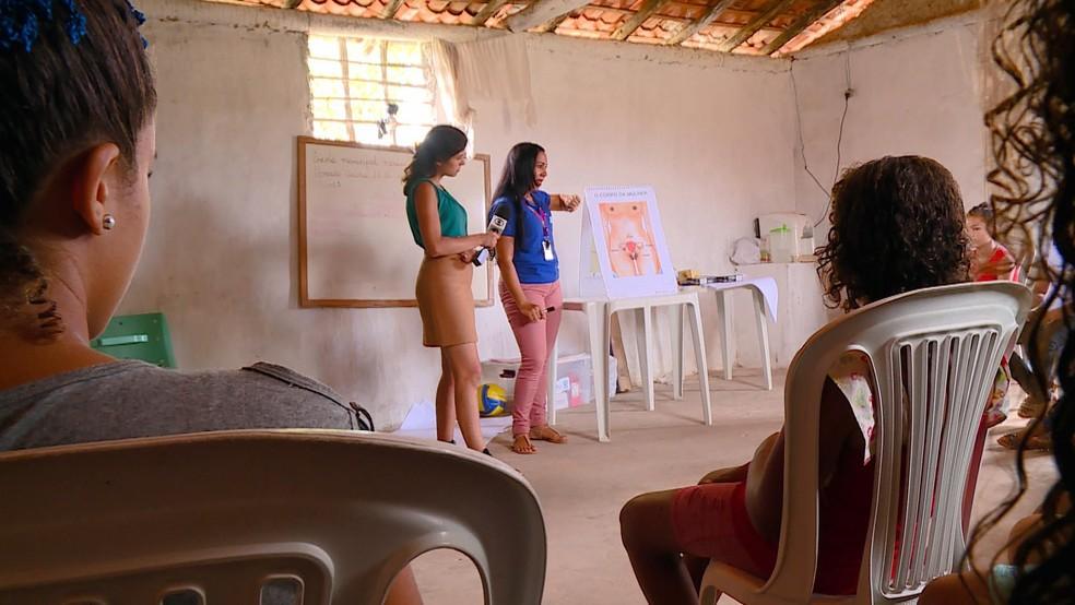 ONG Plan em aula sobre educação sexual