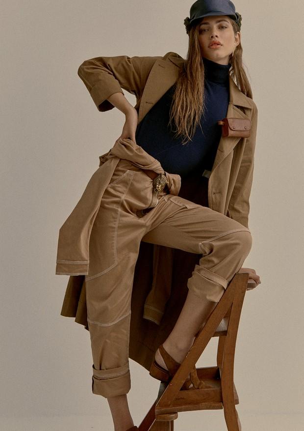 Casaco Brunello Cucinelli (R$ 14.395), macacão usado como calça Forum (R$ 785), tricô Le Lis Blanc (R$ 229), cinto Gucci (R$ 2.440), bolsa (usada presa à lapela) e boina (R$ 212), ambas Frou Frou Brechó, brincos La Chica de Oro (R$ 7.700) e sapatos Jimmy  (Foto: Mar+Vin)