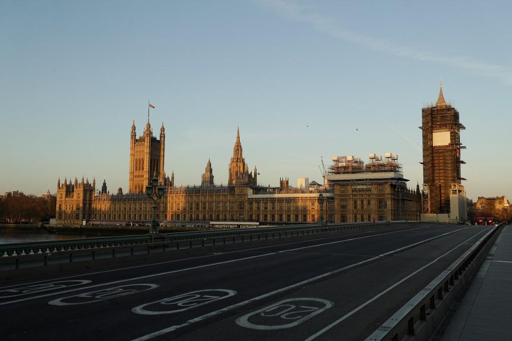 LONDRES (Reino Unido) - Uma ponte de Westminster quase vazia é vista durante o amanhecer em Londres nesta terça-feira (24) — Foto: Matt Dunham/AP
