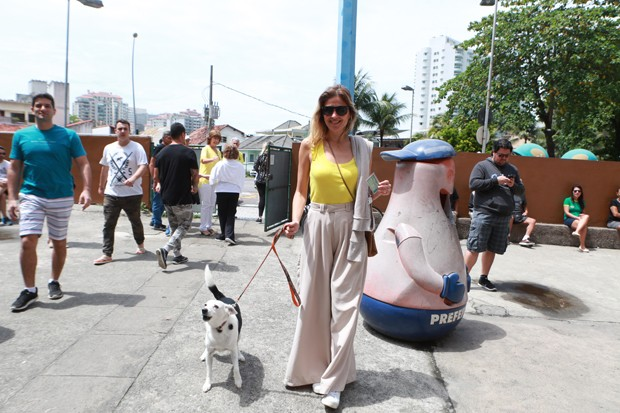 Ellen Jabour chega acompanhada de seu cachorro para votar (Foto: Dilson Silva / AgNews)