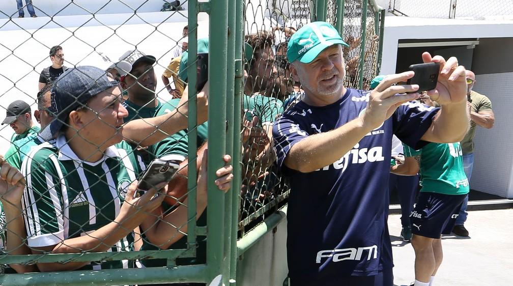 Mano Menezes tira selfie com torcedores do Palmeiras — Foto: Cesar Greco / Ag. Palmeiras