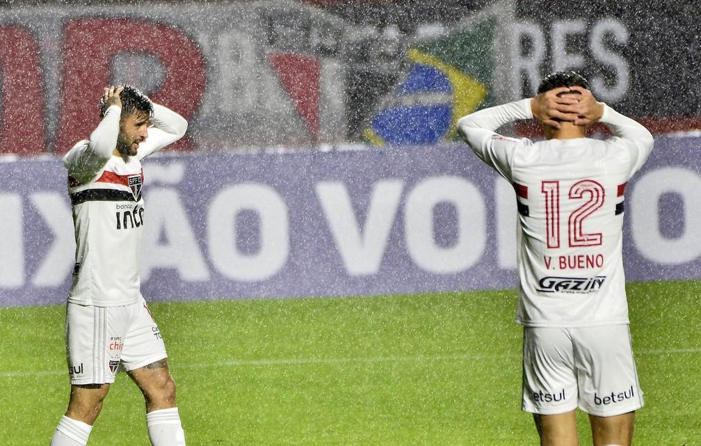 Vitor Bueno e Liziero lamentam durante jogo do São Paulo — Foto: Marcos Ribolli