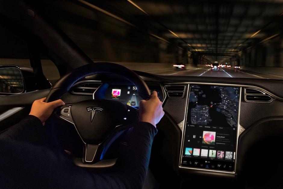 Carros superconectados como os Tesla estão distantes, mas você pode dar um jeito nisso (Foto: Divulgação)