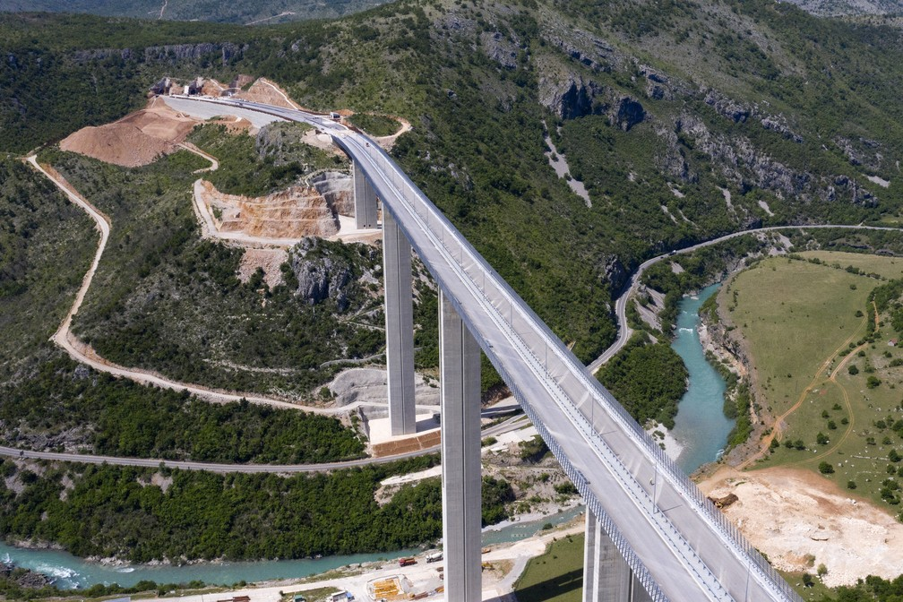 Trecho da rodovia Bar-Boljare, que vai ligar a cidade na costa do Mar Adriático de Montenegro à Sérvia, em foto feita perto de Matesevo em 11 de maio de 2021 — Foto: Savo Prelevic/AFP