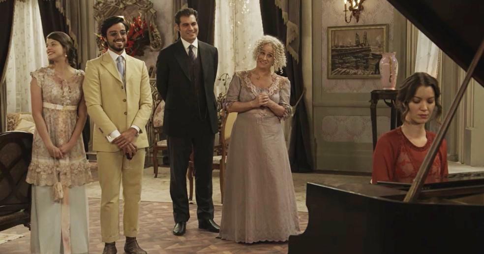 Os amigos e familiares dão força para Elisabeta, enquanto ela toca o piano (Foto: TV Globo)