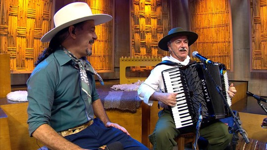Edson Dutra canta 'Dançador de Xote', de Adelar Bertussi, no 'Galpão Crioulo'