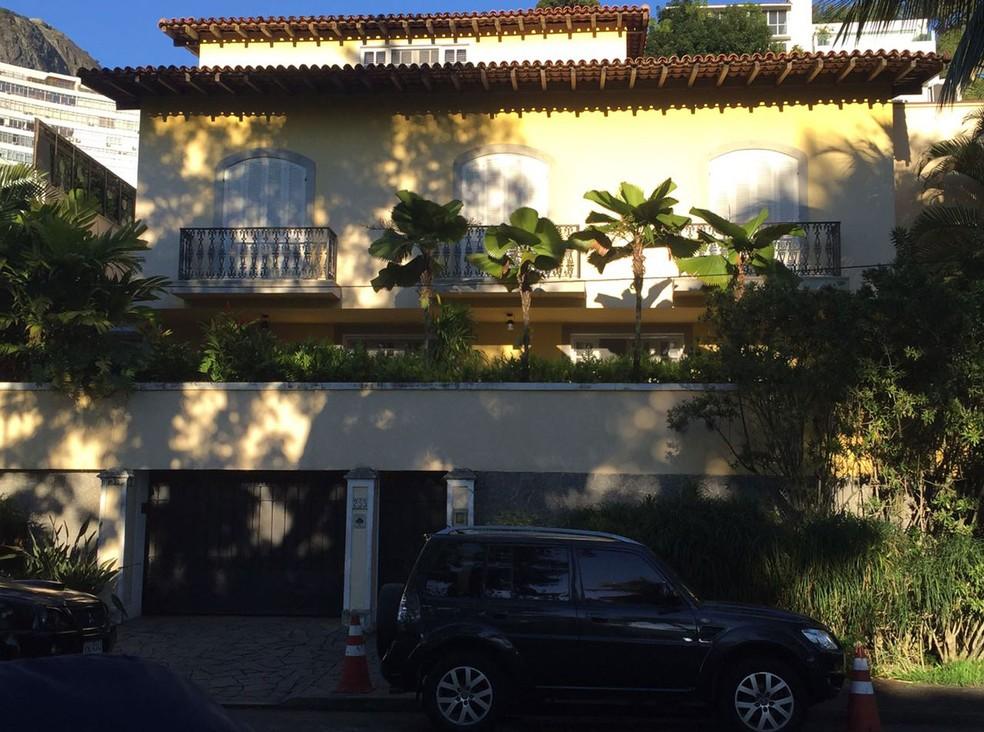 Agentes fazem buscas na casa de Carlos Nuzman no Leblon, Zona Sul do Rio (Foto: Henrique Coelho / G1 Rio)