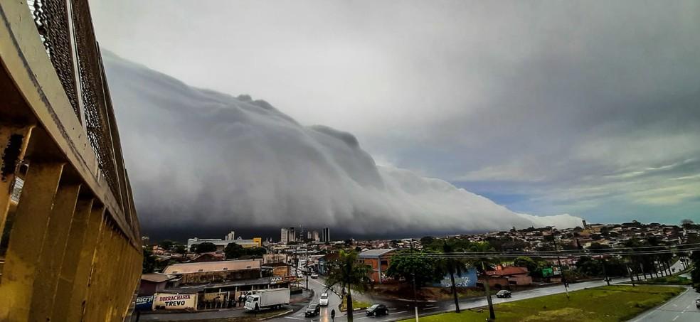 Nuvem rolo chama atenção de morador de Ourinhos — Foto: Arquivo pessoal/Luciano Miguel Diniz