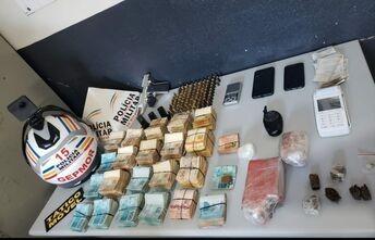 Dupla é presa com drogas, armas  e quase R$ 180 mil em Patos de Minas