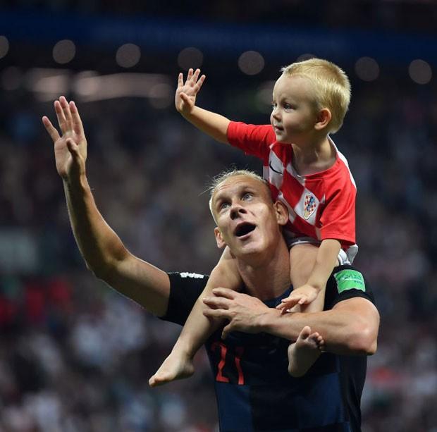 David entrou no campo após o jogo em que a Croácia saiu vencedora para comemorar com o pai, o zagueiro Vida (Foto: Getty Images)