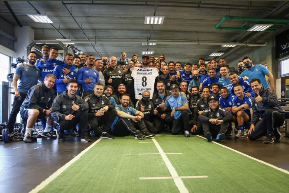 Maicon posa com jogadores e funcionários do Grêmio — Foto: Reprodução/Arquivo pessoal