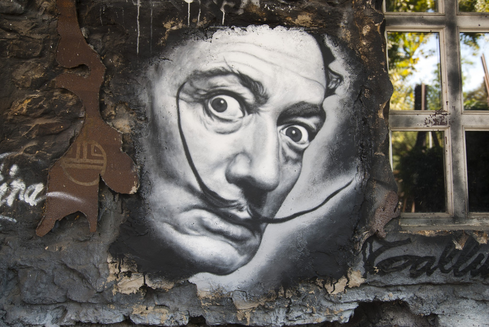 (Grafite com o rosto de Salvador Dalí. Foto: Flickr/Thierry Ehrmann/Creative Commons)
